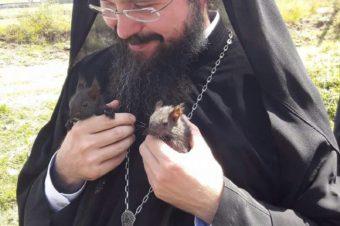 În Munții Apuseni, împreună cu doi mici pelerini, dând slavă Preamilostivului Dumnezeu pentru creația Sa! +Părintele Episcop Macarie
