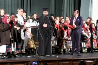 Parintele Episcop Macarie Drăgoi sărută cu recunoștință mâinile părinților săi și ale tuturor bunicilor și părinților. Colindă împreună cu colindătorii din zona sa natală de la poalele Munților Țibleș, Bistrița, 27 noiembrie 2017