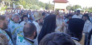 """PS Macarie a participat la resfințirea bisericii Schitului Pocrov – Neamț. În cuvântul de învățătură, ierarhul i-a îndemnat cu lacrimi pe cei prezenți ca """"înstrăinarea de țara pământească să nu le devină și înstrăinare de patria cea cerească""""!"""