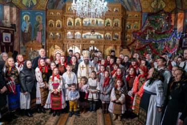 După slujirile misionare cu mireasma colindelor, în mijlocul românilor din Episcopia Europei de Nord, iată, prăznuirea Nașterii Domnului a fost întregită întru dalbele datini de acasă, alături de bătrânii mei părinți, de preoții, prietenii și consătenii din ținutul meu natal de la poalele Munților Țibleș …