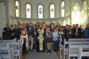 În comunitatea parohială din Tromsø, Norvegia, în Ziua Învierii, 16 aprilie 2017, Părintele Episcop Macarie Drăgoi și enoriașii bucurându-se de lumina prăznuirii.