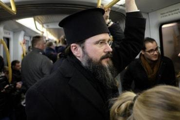 Preasfințitul Părinte Episcop Macarie Drăgoi în metroul din Copenhaga, spre biserica parohiei românești, întru bucuria săvârșirii Botezului pruncului Emanuel (27 aprilie 2017).