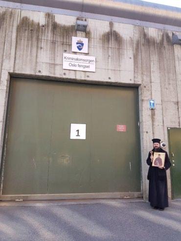 Episcopul Macarie Drăgoi, în tramvai, în vizită la deținuții de la Penitenciarul din Oslo