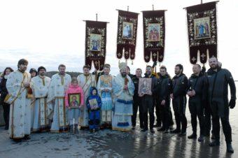 """Boboteaza la Marea Nordului. Preasfințitul Macarie Drăgoi: """"Noi cufundăm Sfânta Cruce în apele Mării Nordului nu doar pentru noi, ci pentru a aduce și pentru cei de aici și pentru aceste locuri binecuvântarea și puterea lui Dumnezeu"""""""