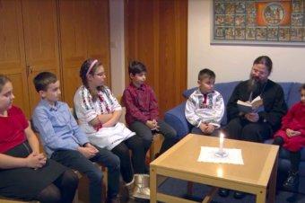 """Părintele Episcop Macarie citește copilașilor povestea: """"Păpușa fetiței născute de Crăciun"""""""
