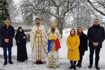 Părintele Episcop Macarie Drăgoi al Episcopiei Europei de Nord, în procesiune cu păstoriții la Uppsala, Suedia, purtând icoana Nașterii Mântuitorului, 26 decembrie 2020