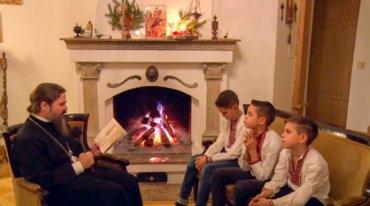 Părintele Episcop Macarie Drăgoi le citește copilașilor o altă poveste de Crăciun