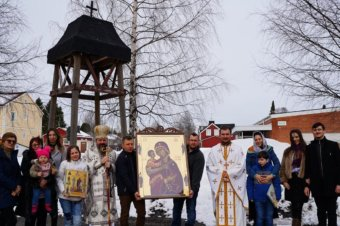 Preasfințitul Părinte Episcop Macarie Drăgoi al Episcopiei Europei de Nord se află în aceste zile în vizită pastorală la românii din Laponia. Astăzi, în Duminica a 4-a din Postul Mare, 11 aprilie 2021, a săvârșit Dumnezeiasca Liturghie a Sfântului Vasile cel Mare, Arhiepiscopul Cezareei Capadociei, în nordul Regatului Suediei, în biserica parohiei din Boden, așezând aici Icoana Maicii Domnului, Stăpâna Laponiei.