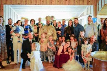 În aceste zile Preasfințitul Părinte Episcop Macarie Drăgoi al Episcopiei Europei de Nord se află în slujire misionară la românii din nord-vestul Norvegiei. În Sâmbăta Moșilor de Vară, 19 iunie 2021, Preasfințitul Macarie a săvârșit Sfânta Liturghie cu pomenirea celor adormiți în micuța comunitate euharistică de pe insula Aukra. La final a botezat pruncii Noe-Alexandru și Sebastian-Andrei