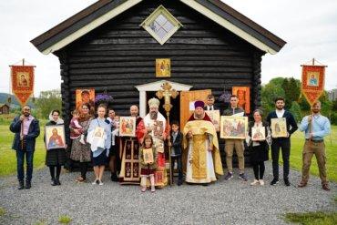Preasfințitul Părinte Episcop Macarie Drăgoi al Europei de Nord a săvârșit astăzi în Lunea Rusaliilor, 21 iunie 2021, Sfanta Liturghie cu procesiune la bisericuța de lemn din Stiklestad în Norvegia, pe platoul unde la 29 iulie 1030, Sfântul Rege Olav a pecetluit cu sângele muceniciei sale lucrarea sa de luminător al vikingilor. La slujbă au fost prezenți dreptmăritori creștini de mai multe naționalități.