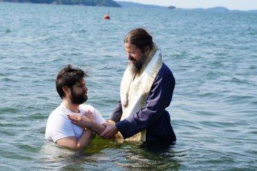 """Astăzi,13 iulie 2021, de soborul Sfântului Arhanghel Gavriil, Preasfințitul Părinte Episcop Macarie al Episcopiei Europei de Nord l-a botezat la Stockholm pe tânărul Gabriel. """"Câți în Hristos v-aţi botezat, în Hristos v-aţi îmbrăcat!"""" (Galateni III, 27)"""