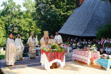 Duminică, 25 iulie 2021, Preasfințitul Părinte Episcop Macarie Drăgoi al Europei de Nord a săvârșit în incinta Muzeului Satului din Dumbrava Sibiului, Sfânta Liturghie cu Sfeștania inaugurării casei străbunicilor săi