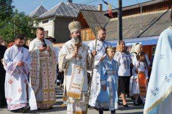 Preasfințitul Părinte Episcop Macarie al Europei de Nord înconjurat de sfințiții slujitori și de poporul lui Dumnezeu în slujirea euharistică de hram din satul său natal Spermezeu, județul Bistrița Năsăud, duminică, 1 august 2021