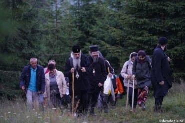 """IPS Teofan, PS Macarie și sute de pelerini, în drum spre """"Taborul românesc"""" – 6 august 2021 – foto (preluare doxologia.ro)"""