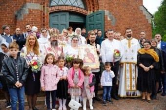 Preasfințitul Părinte Episcop Macarie Drăgoi al Episcopiei Europei de Nord a săvârșit astăzi, 28 august 2021, Sfânta Liturghie în biserica parohiei ortodoxe române din Borås, Suedia, i-a cununat pe tinerii Constantin-Silvius și Elena și a botezat-o pe prunca Sofia